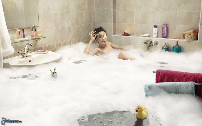 frau-in-der-badewanne,-hochwasser,-schaum,-waschbecken-161651